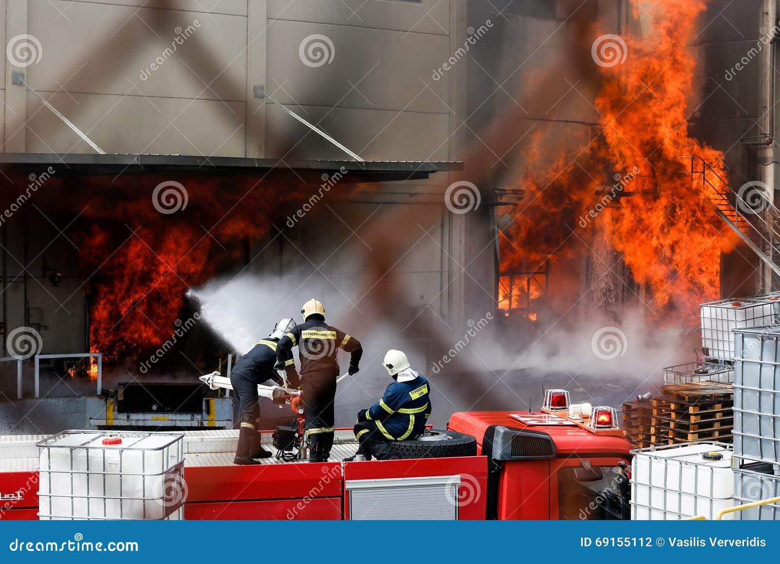 De brandbestrijders worstelen om de brand te doven die bij a uitbrak