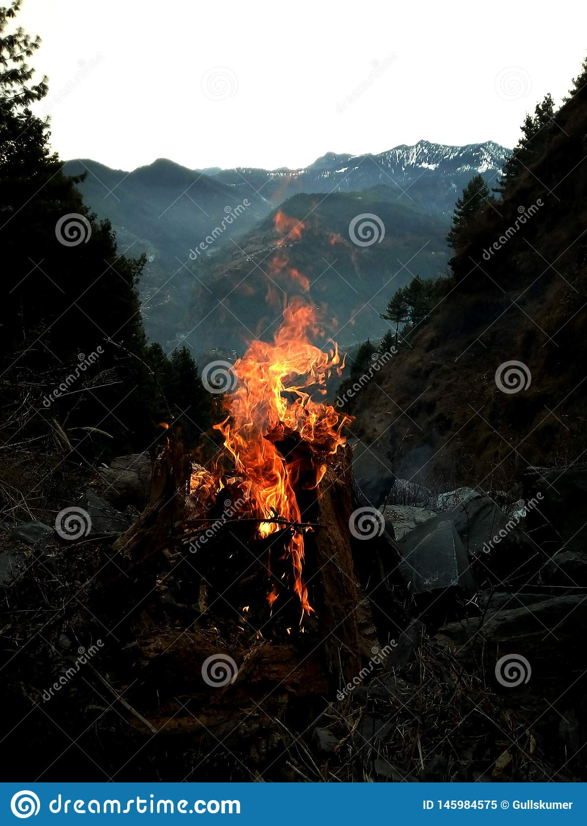De brandgebruik van de de wintertijd om lichaam te verwarmen
