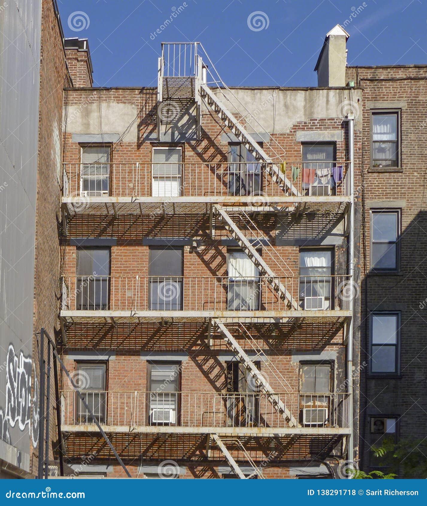 De Brandtrap van het baksteenFlatgebouw in New York