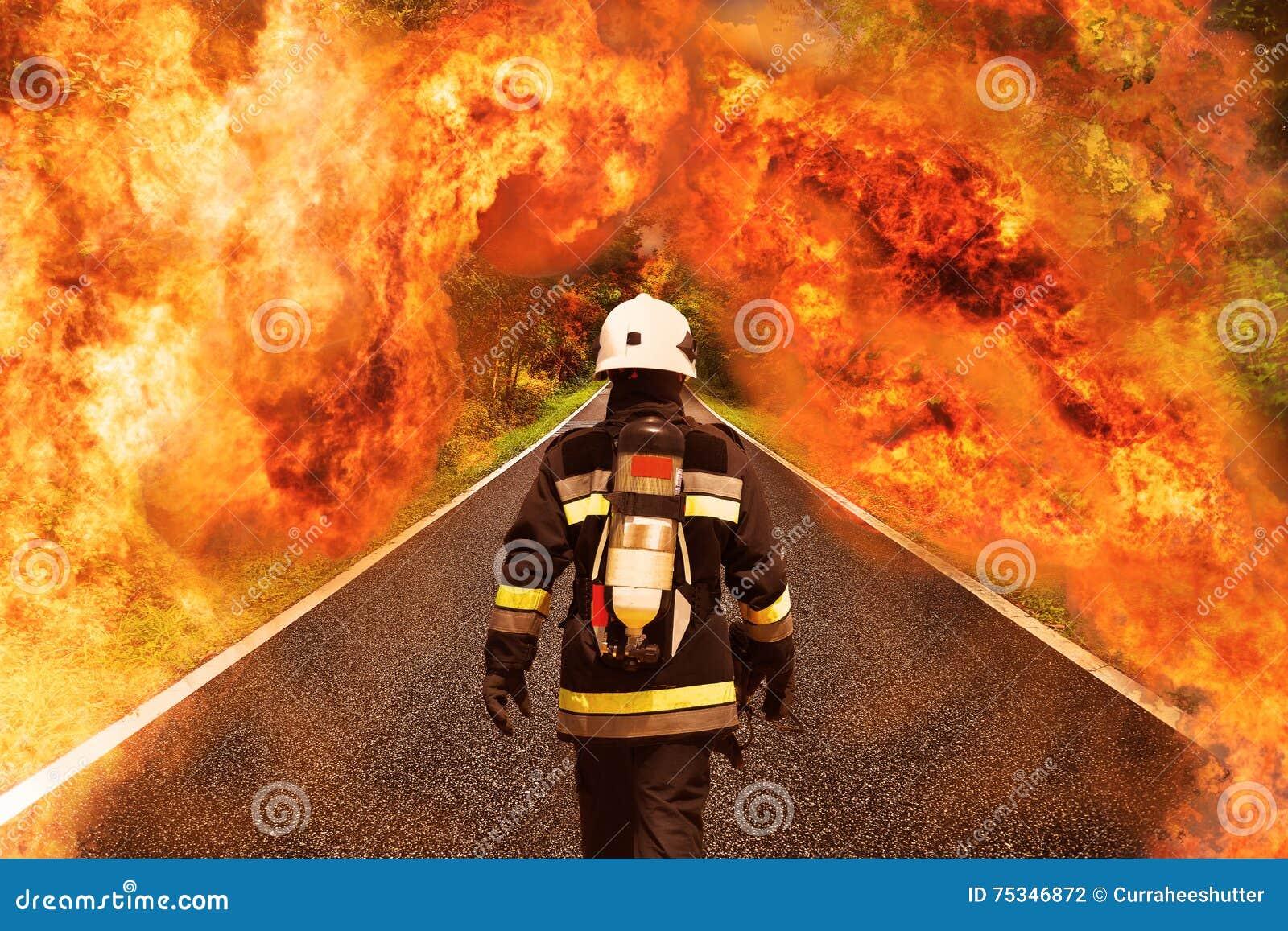 De brandvechter gaat naar het bos voor het vechten met brand, het Teamwerk en verrichting met brandgeval en de opdracht zou succe