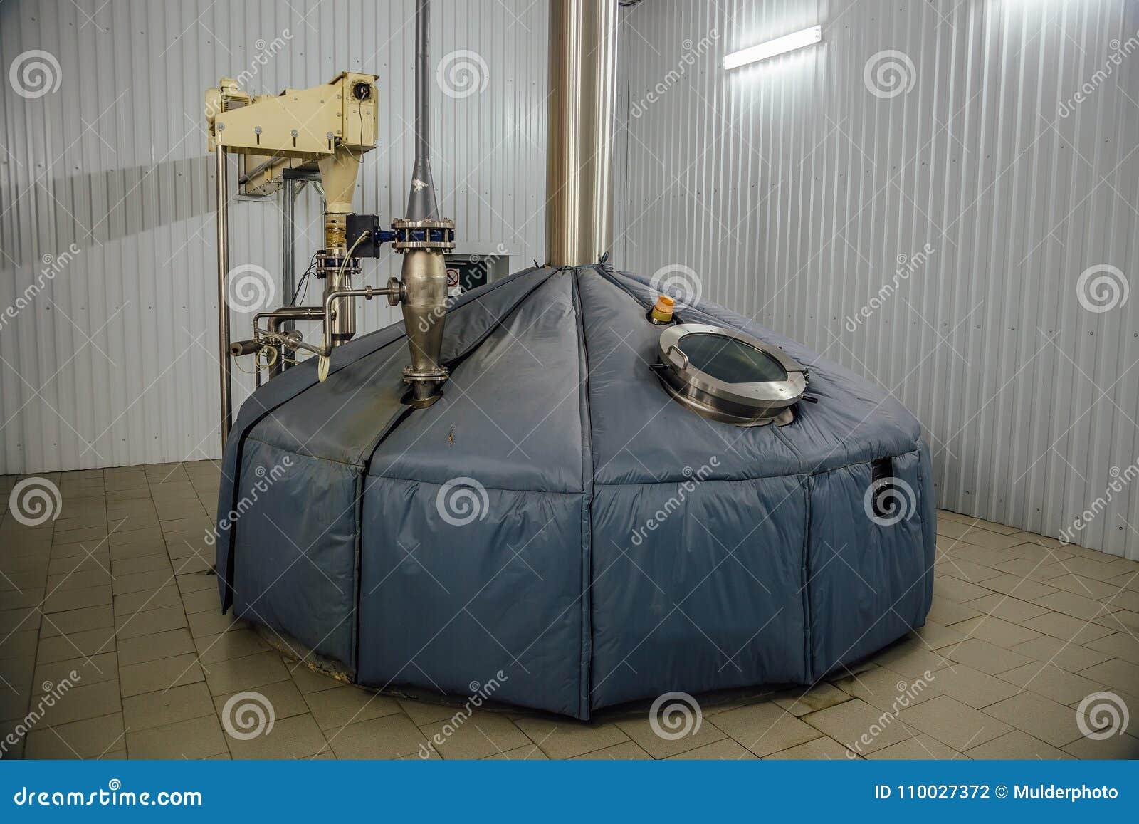 De brijvat van de staalgisting bij brouwerij