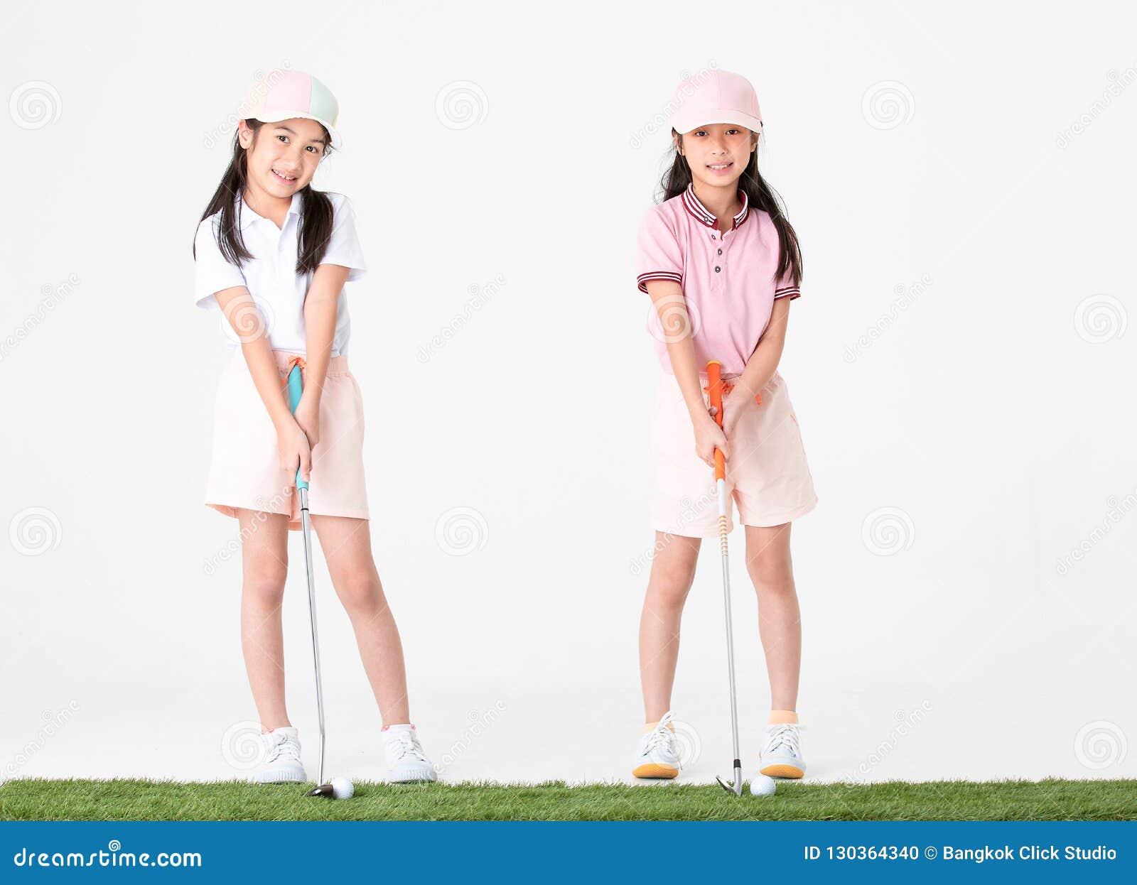 De broer en de zuster Aziaat in sportkleding en kleurrijke hoeden zijn hap