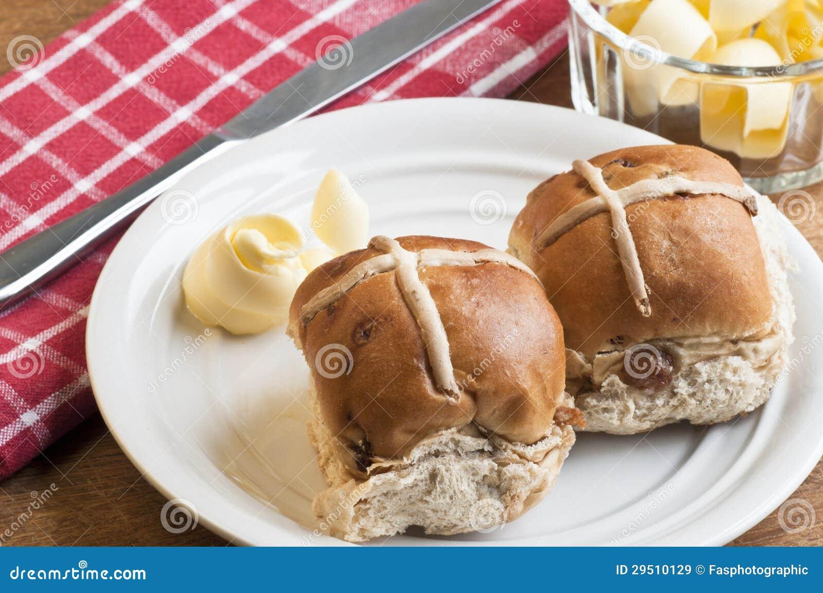 De broodjes van Pasen met boter