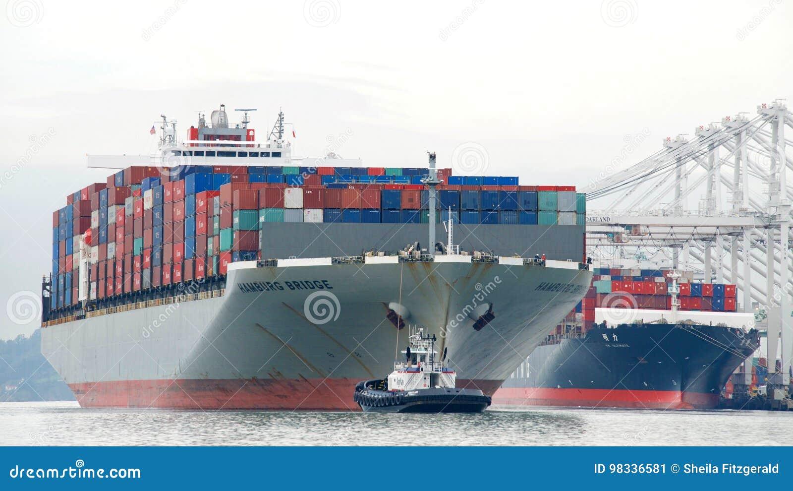 De BRUG die van Vrachtschiphamburg de Haven van Oakland vertrekken