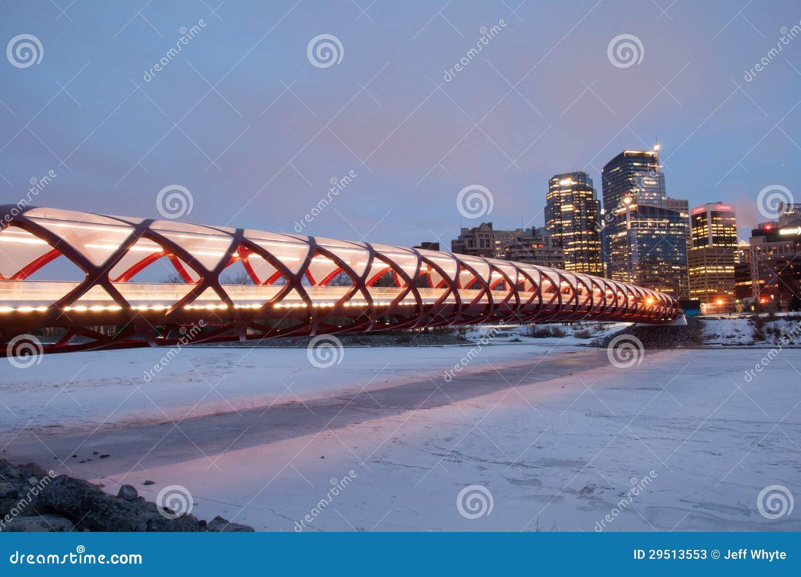 De Brug en de horizon van de Vrede van Calgary bij nacht
