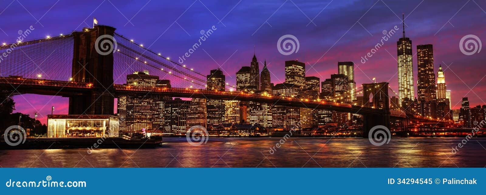 De Brug en Manhattan van Brooklyn bij zonsondergang