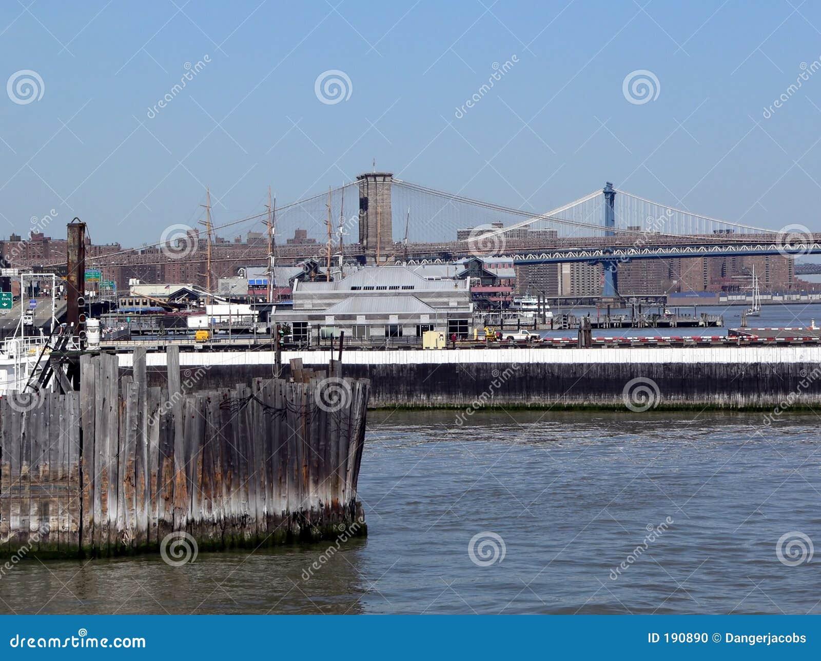 De Brug en Manhattan van Brooklyn zoals die van de haven van de Stad van New York wordt gezien