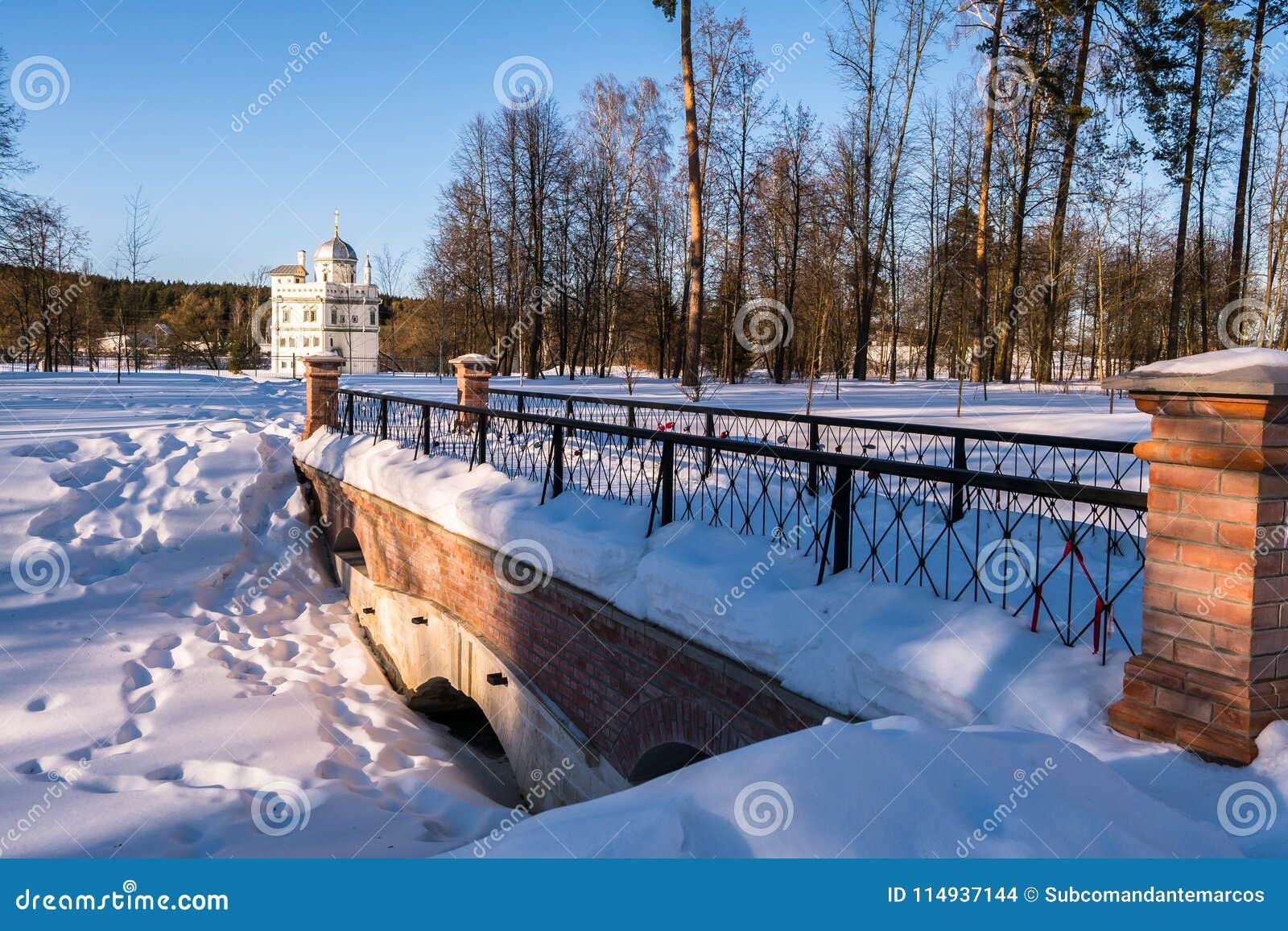 De brug op de manier naar de kluis van Patriarch Nikon naast het Nieuwe Klooster van Jeruzalem Istra, de voorsteden van Moskou, R