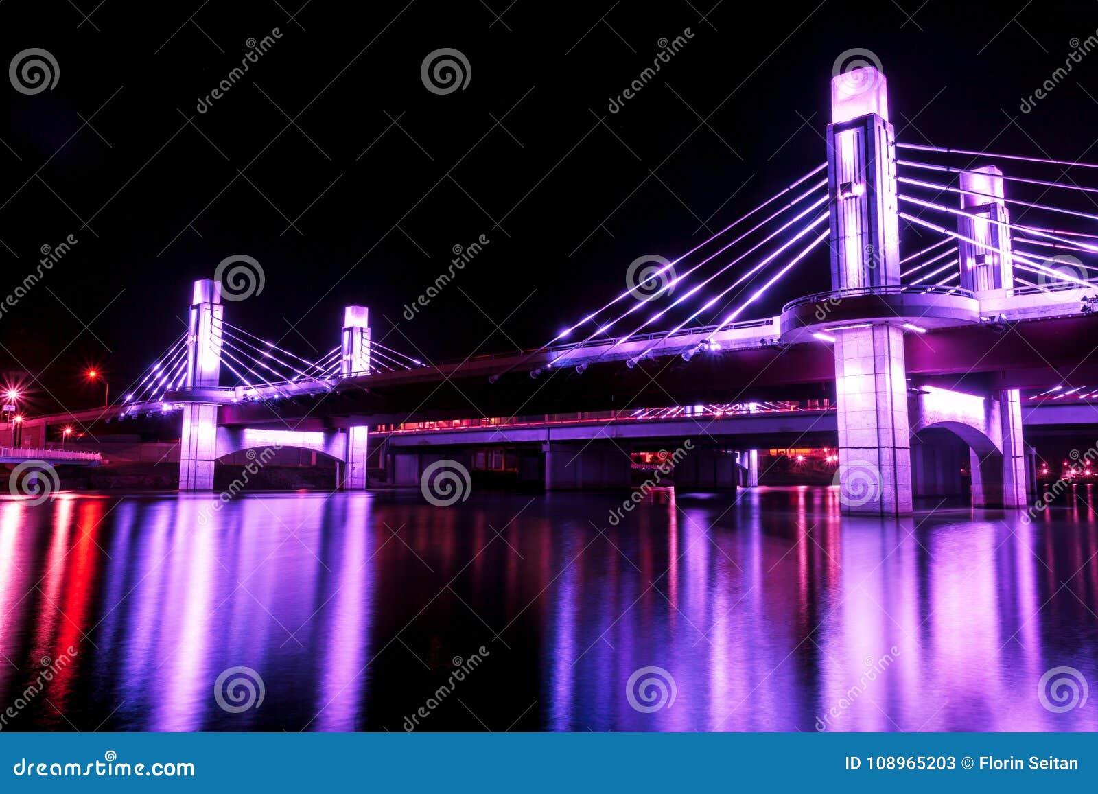 De brug over Brazos-Rivier door leiden in Waco, Texas/Licht wordt verlicht schilderde brug die