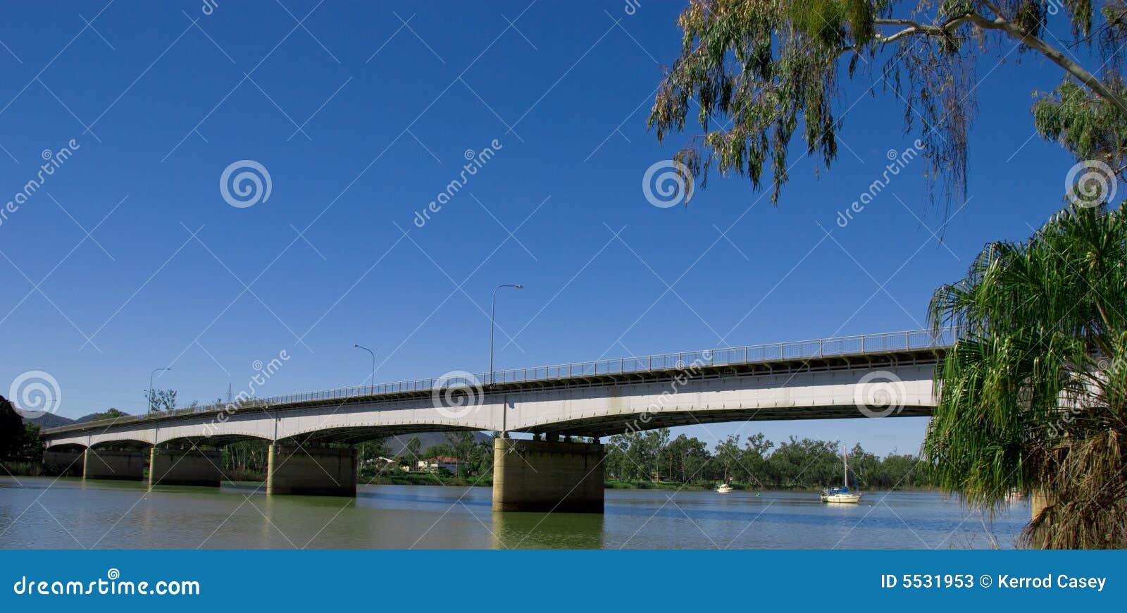 De mooie brug van de rivier fitzroy over de rivier fitzroy in