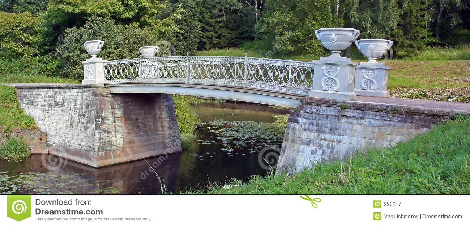 De brug van de steen over kleine rivier