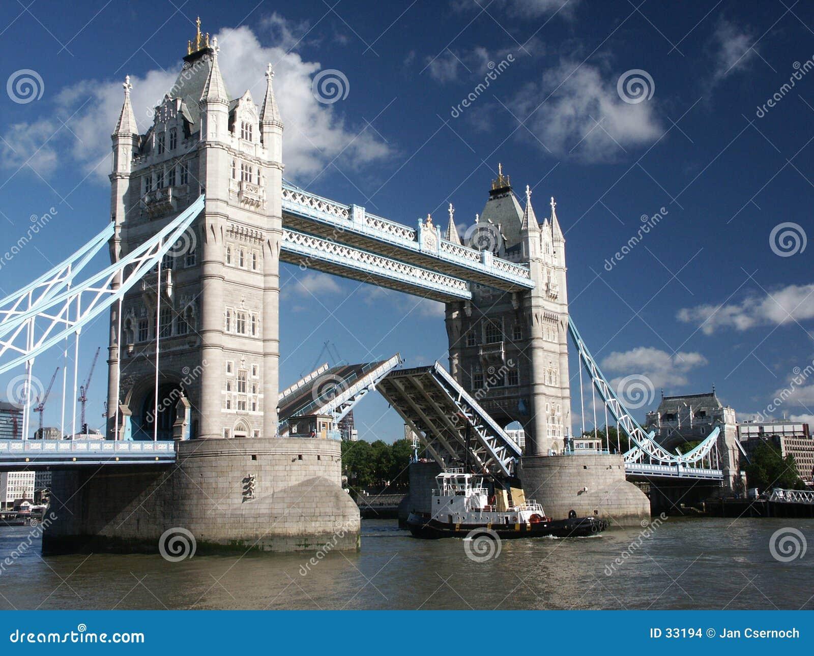 De Brug van de toren met schip dat overgaat door