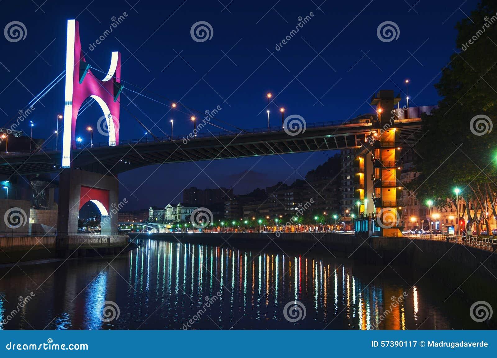 De Brug van Salbekozubia over Nevion-Rivier in Bilbao