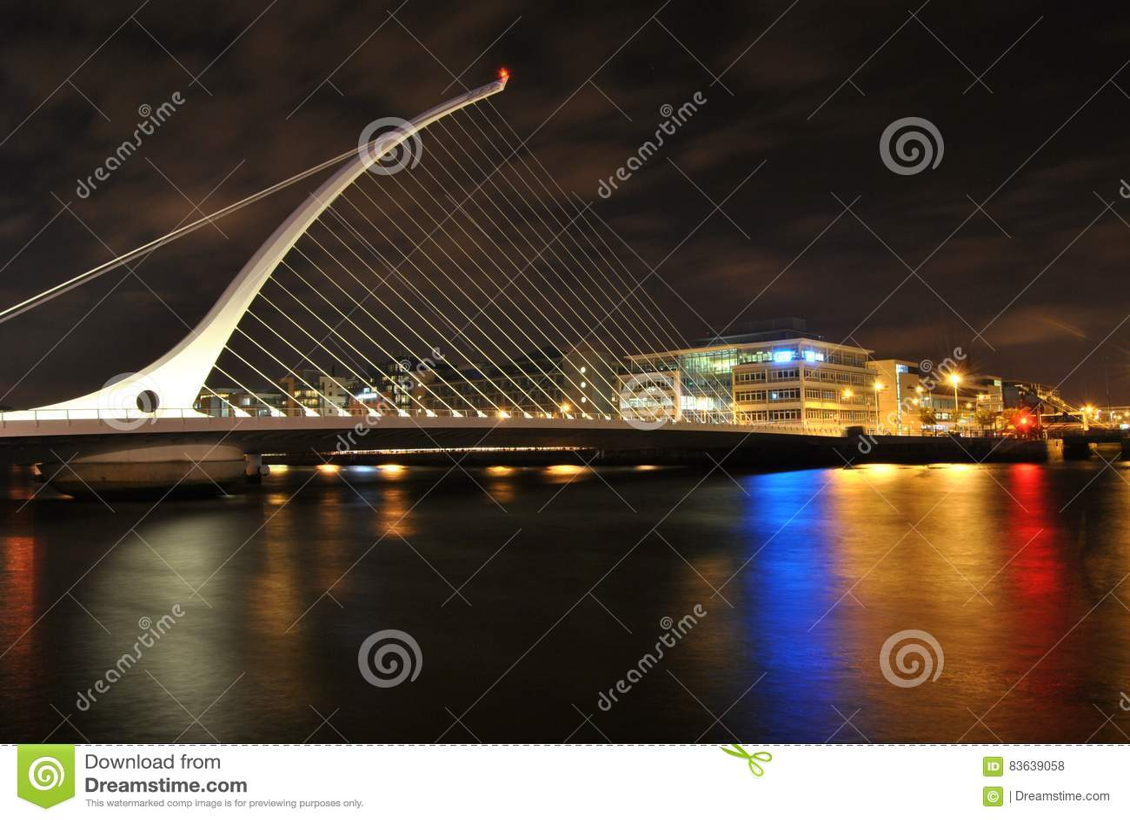 De brug van Samuel ` s Beckett bij nacht, het glanzen lichten van de kleuren in het water, Dublin, Ierland