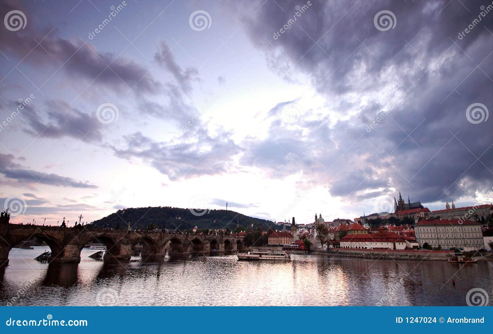 De bruggen van Praag bij zonsondergang