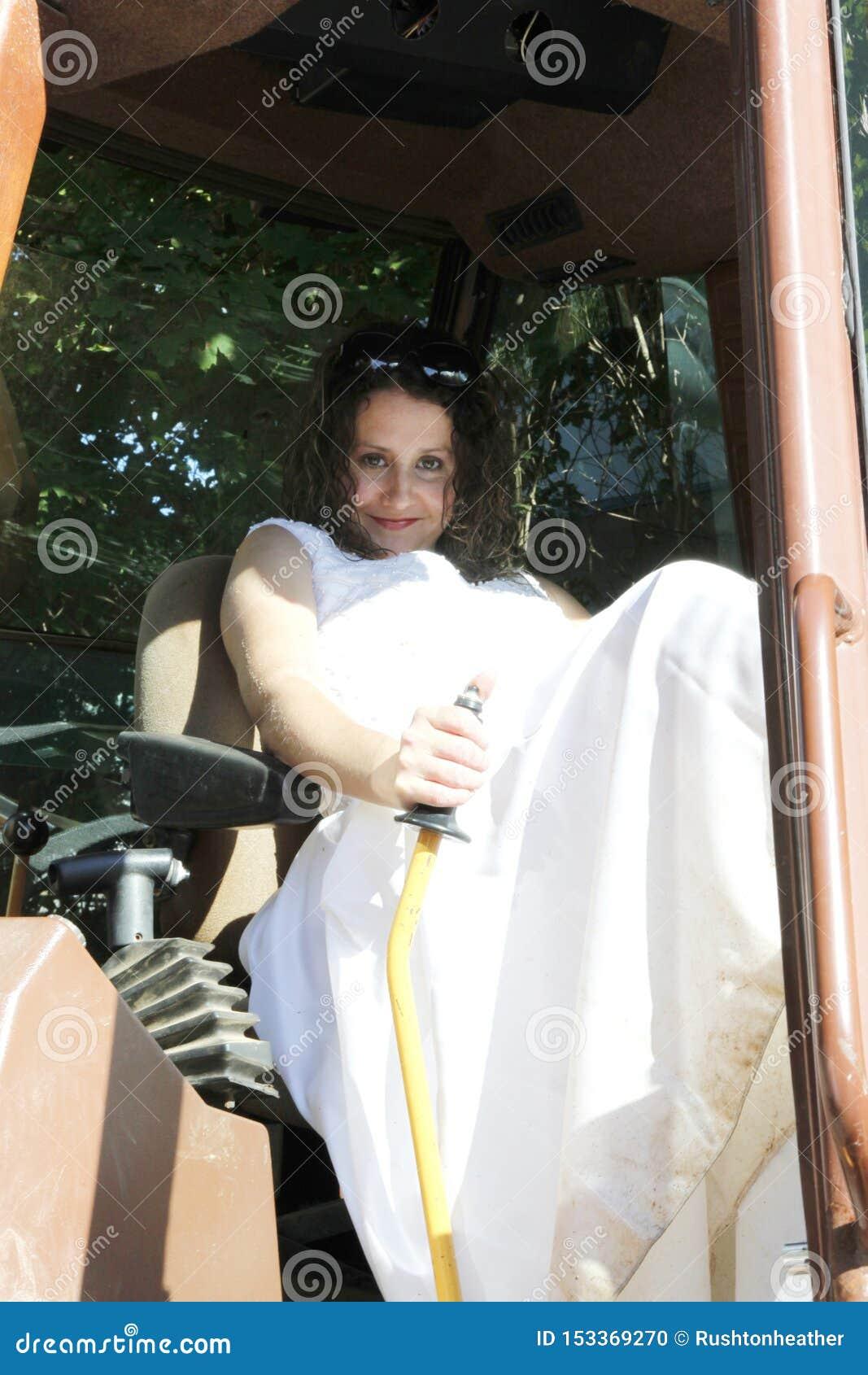 De bruid van het tractorlandbouwbedrijf