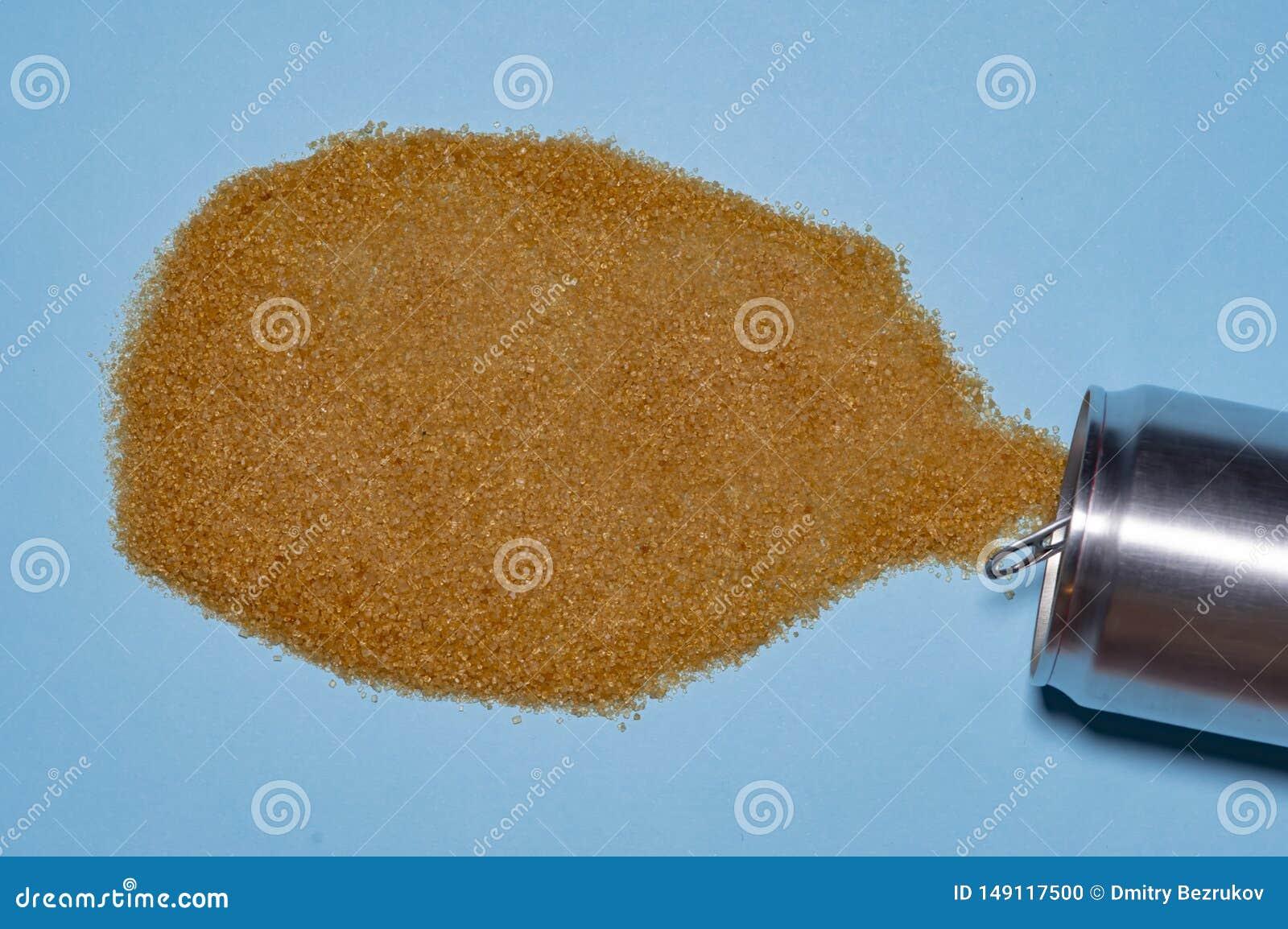 De bruine die suiker, uit aluminiumblikken wordt gegoten, symboliseert de drank Concept gezondheid Sluit omhoog foto