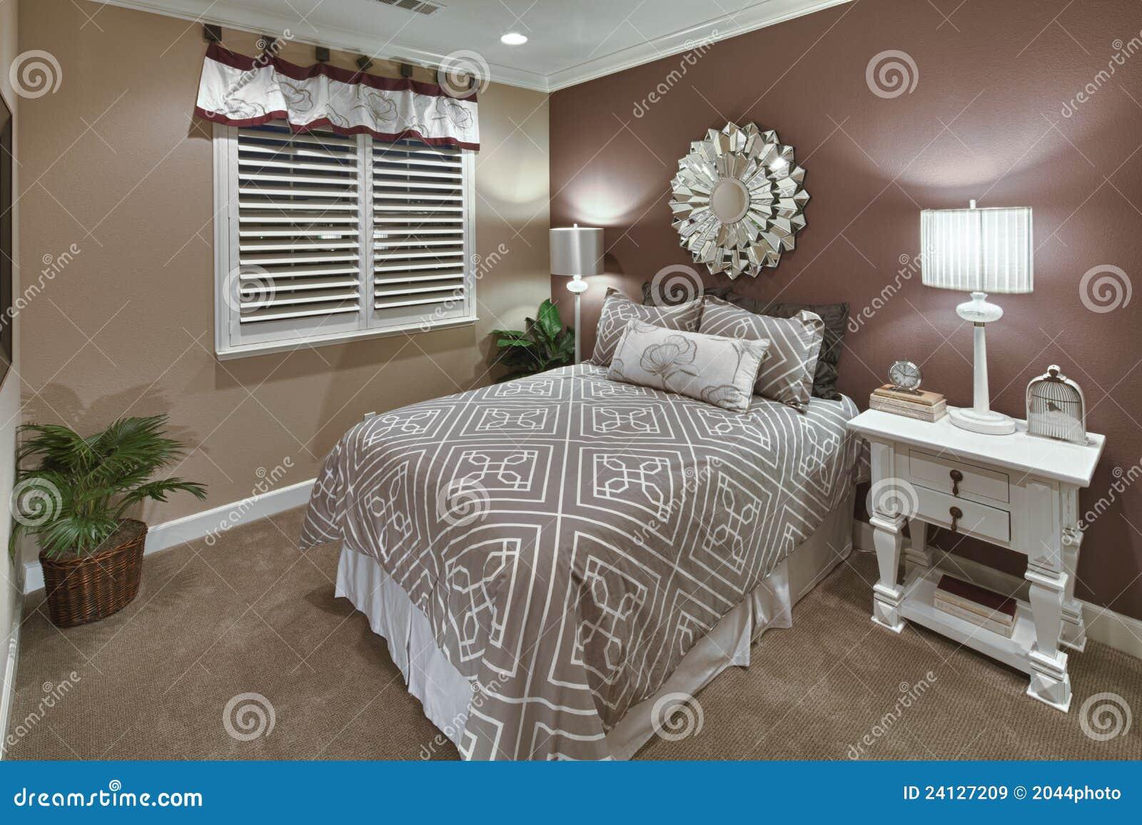 De Bruine Slaapkamer Van De Modelwoning - & Tan Stock Afbeelding ...