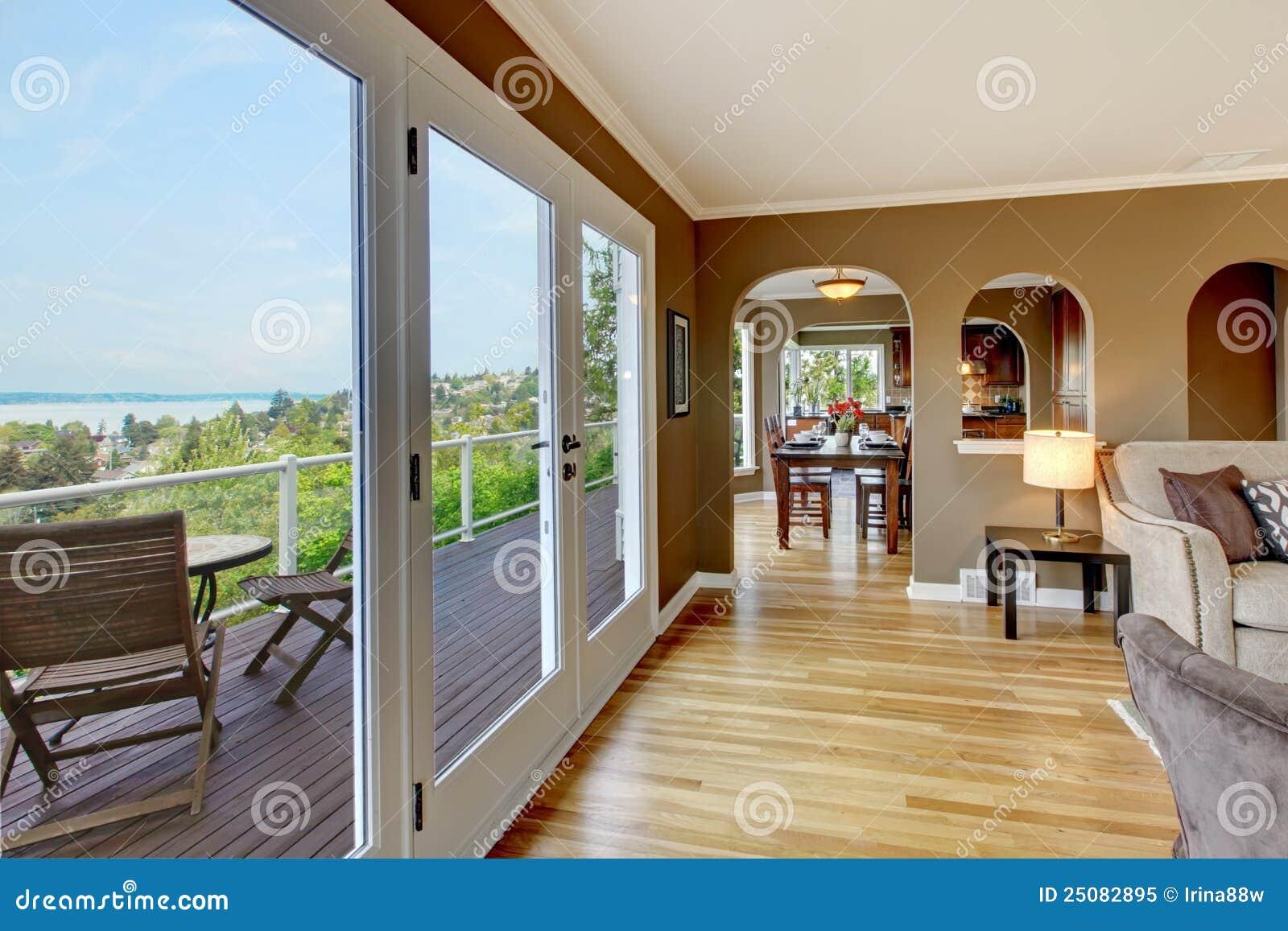 Woonkamer Zwart Bruin : De bruine woonkamer van de luxe met hardhoutvloeren stock