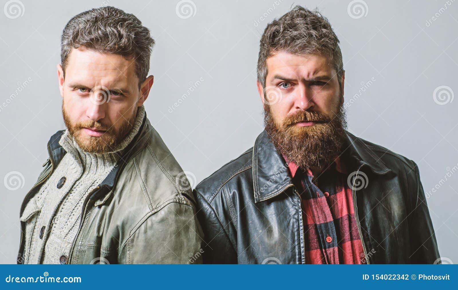 De brutale mensen dragen leerjasjes Mensen brutale gebaarde hipster Knappe modieus en koel Mannelijke en brutale vrienden