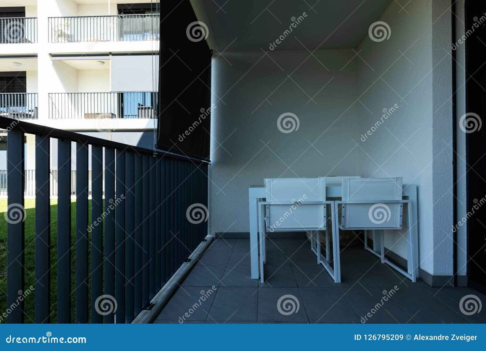 De buiten moderne witte flatbouw met veel gazon,