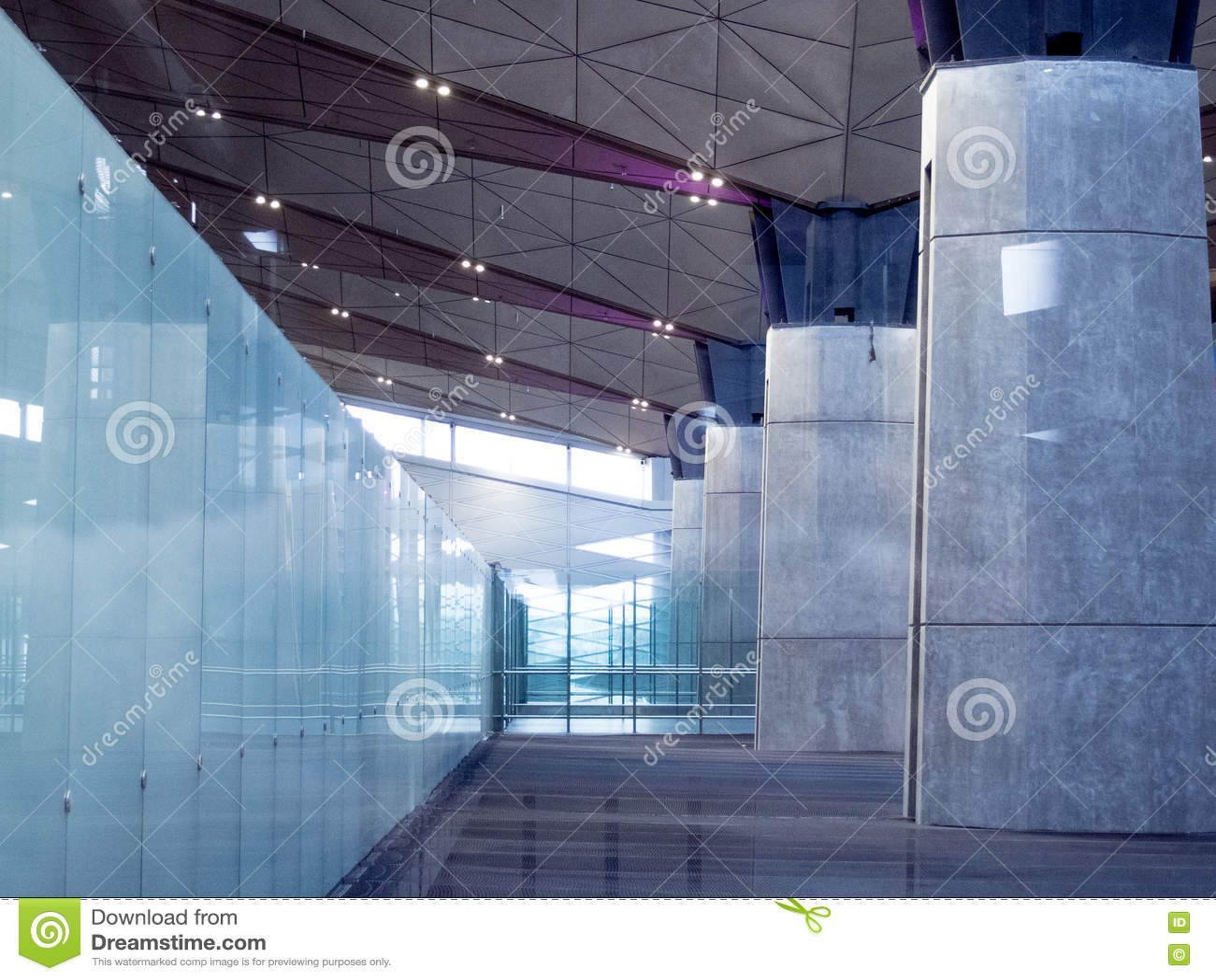De bureaubouw Hal of luchthavenachtergrond Modern binnenland Glas en Beton