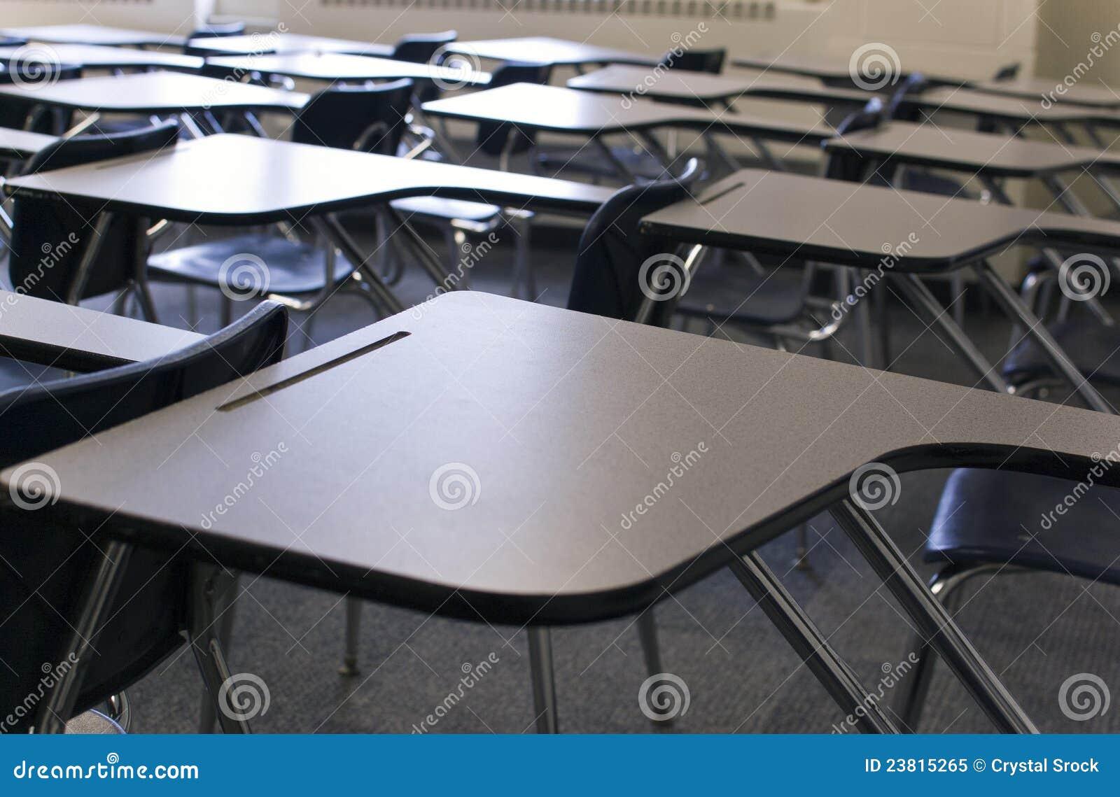 De Bureaus van het klaslokaal
