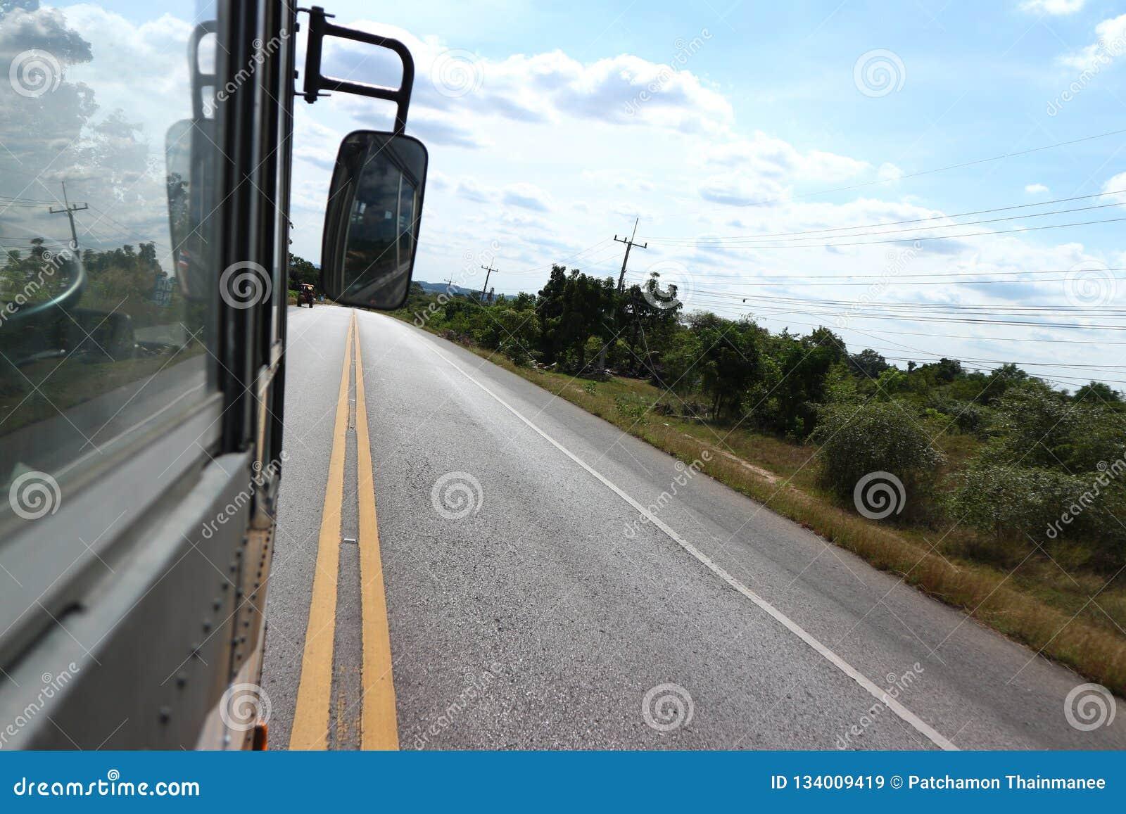 De bussen lopen op de straat