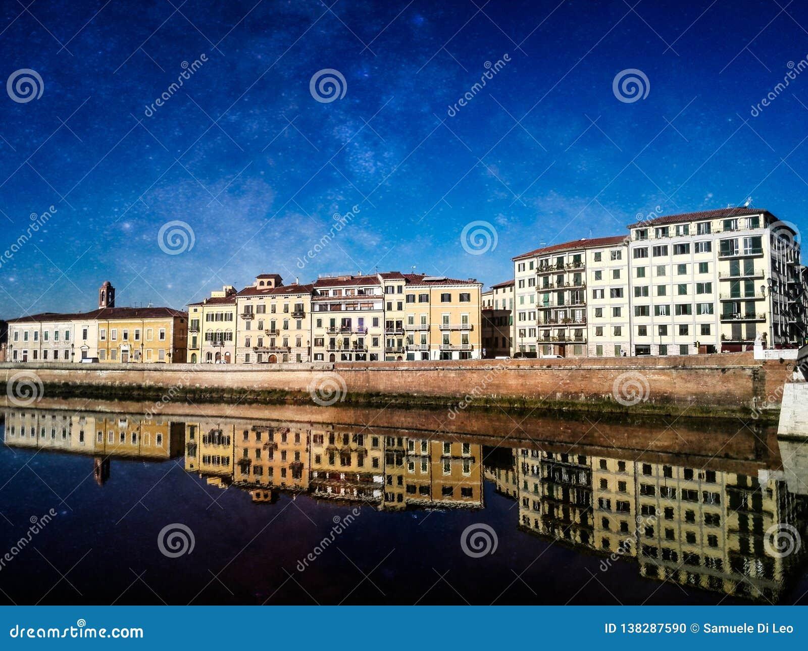 De buurt van Pisa de Arno-rivier wordt overdacht die