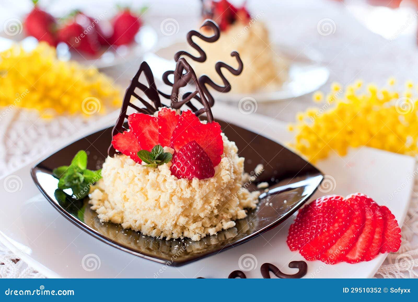 De cake van de aardbei met chocolade
