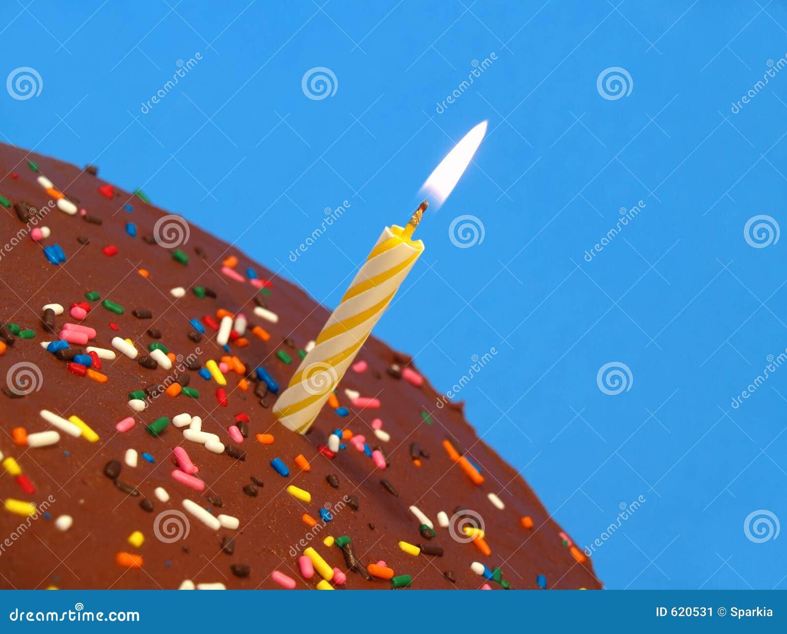 De cake van de verjaardag met kaars