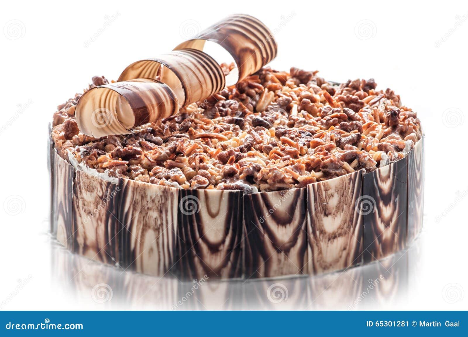 De cake van de verjaardagschocolade met noten en chocoladedecoratie ...
