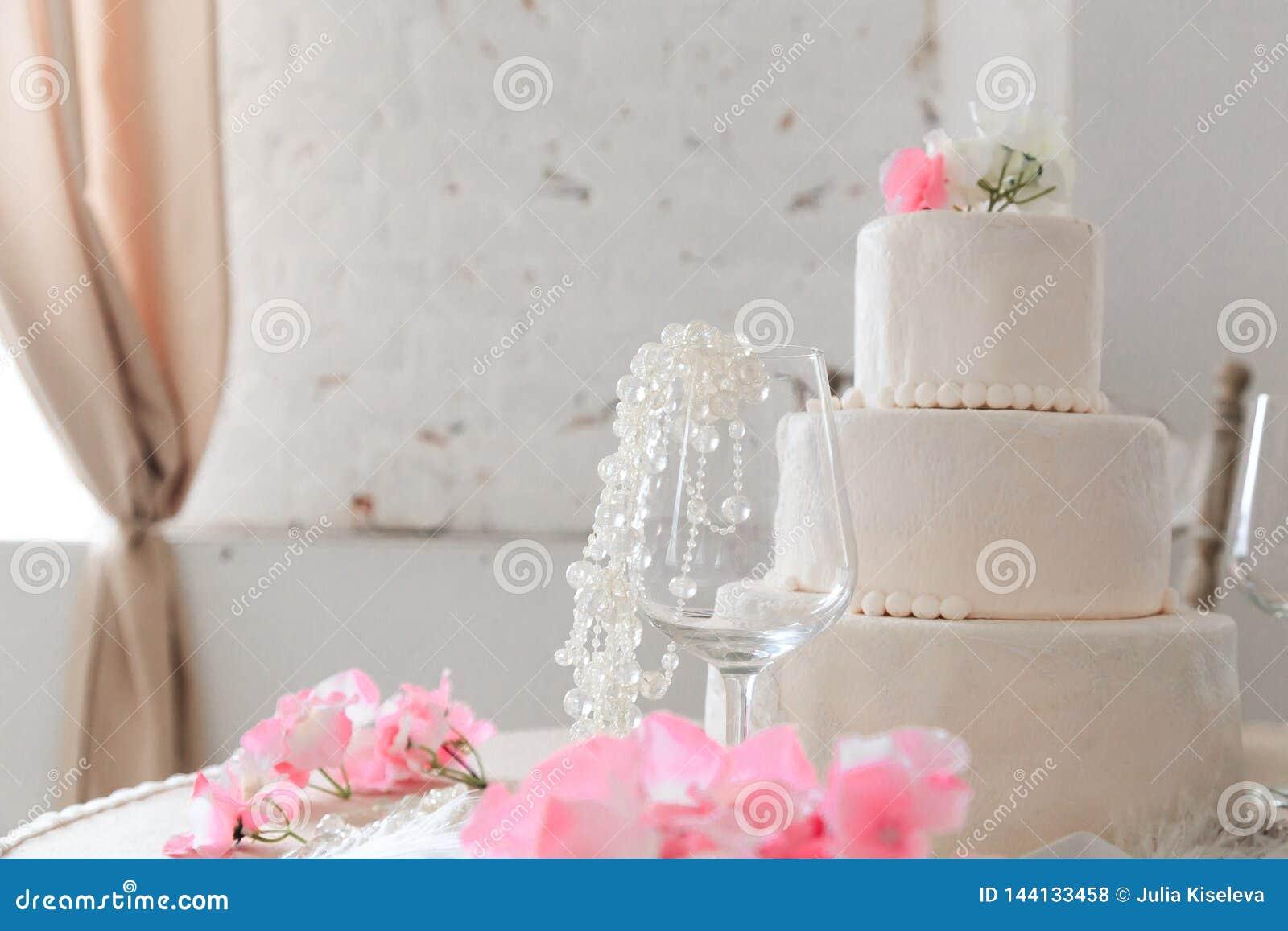 De Cake van het huwelijk met Bloemen