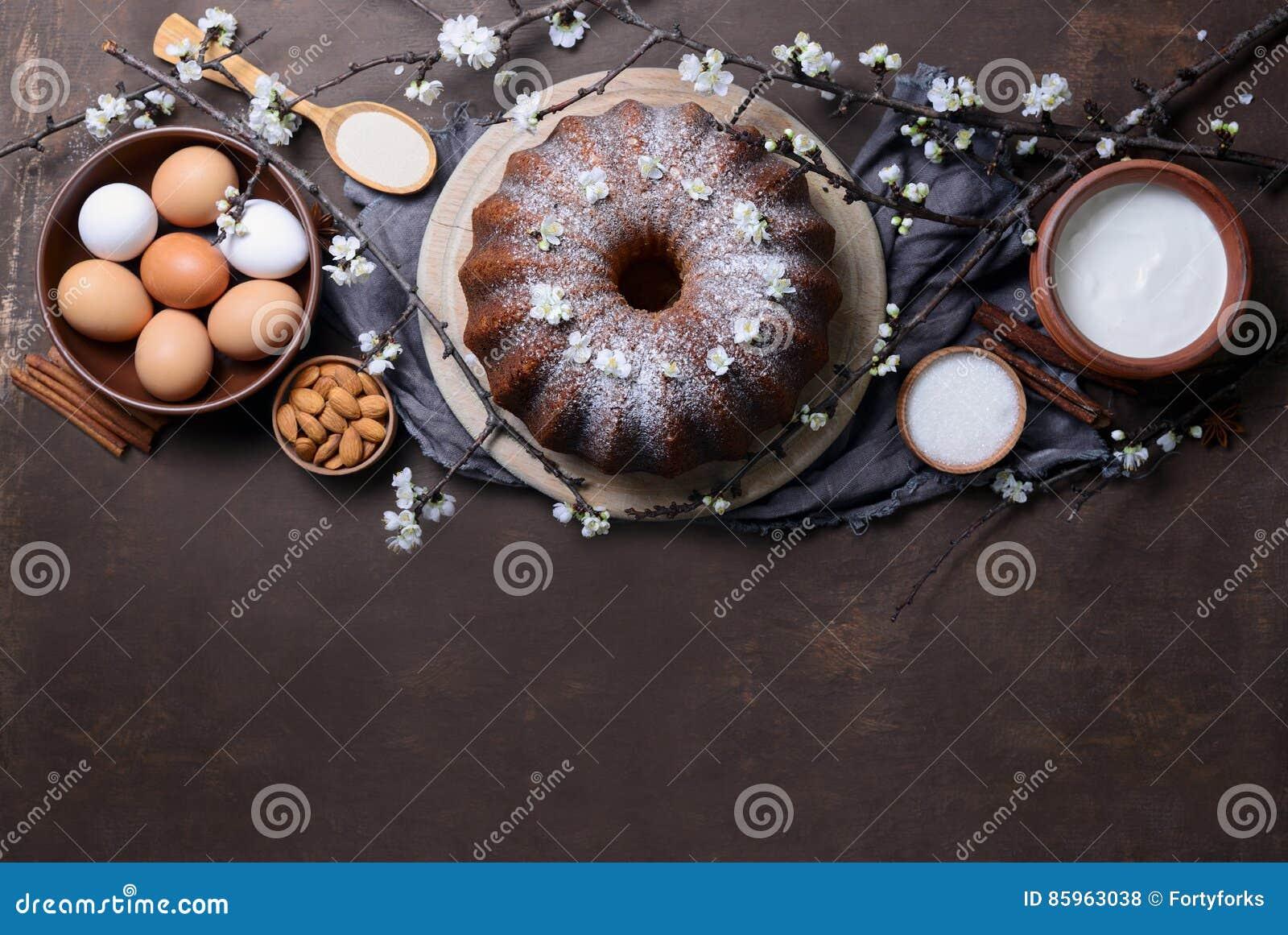 De cake van Pasen bundt met ingrediënten