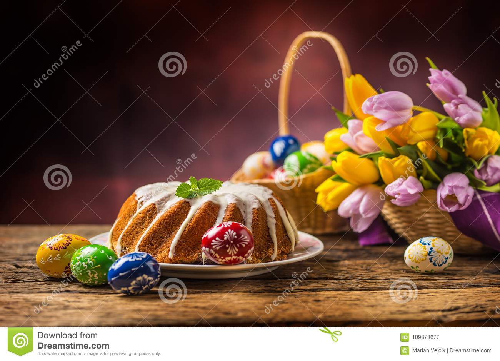De cake van Pasen Traditionele rings marmeren cake met Pasen-decoratie
