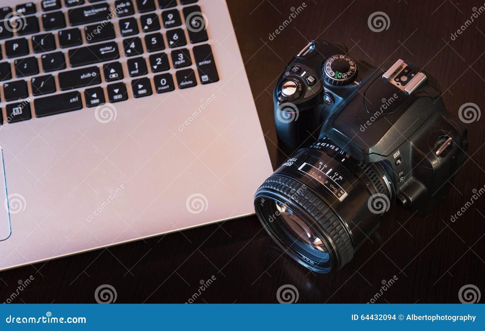 De camera en laptop van DSLR