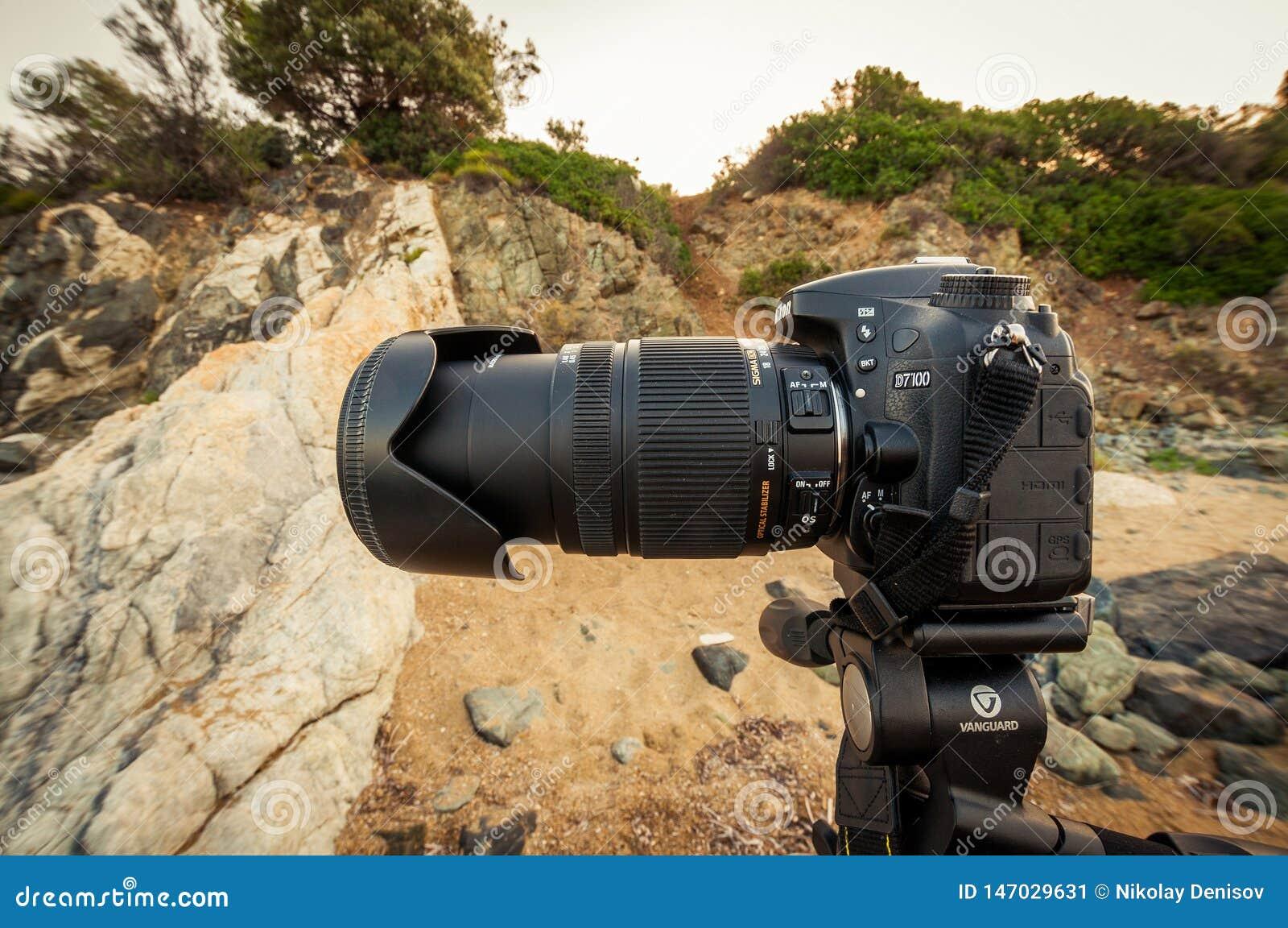 De camera Nikon D7100 is PRO op een driepootvoorhoede Alta en een grote tele-lenssigma 18-250 mm