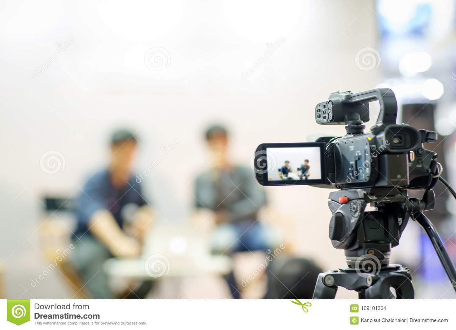 De camera toont de vangstmotie van het beeldzoekerbeeld in gesprek of zond huwelijksceremonie, vangstgevoel uit