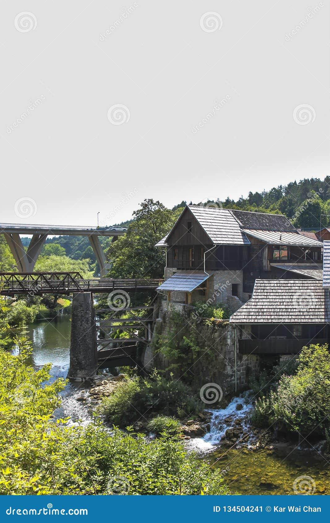 De canion en de watervallen van de Karonarivier naast een oud molenhuis in Rastoke