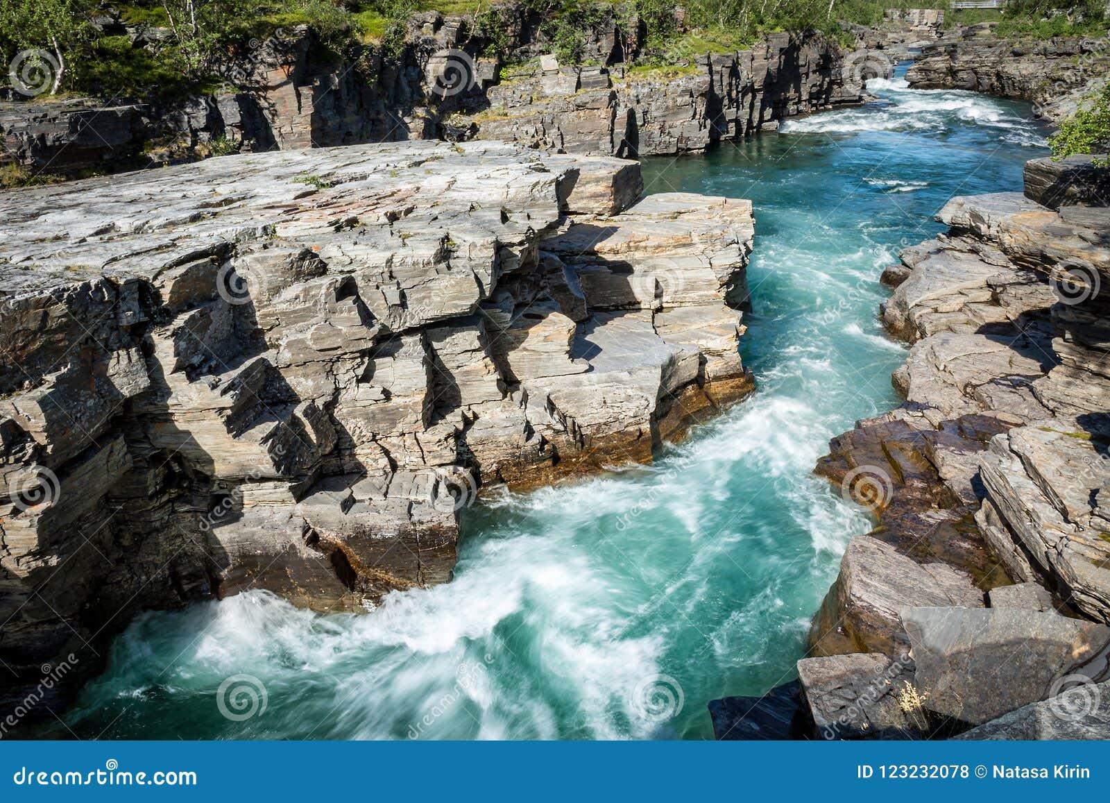 De canion van de Abiskorivier in het kalksteen door ijzig water wordt gesneden dat