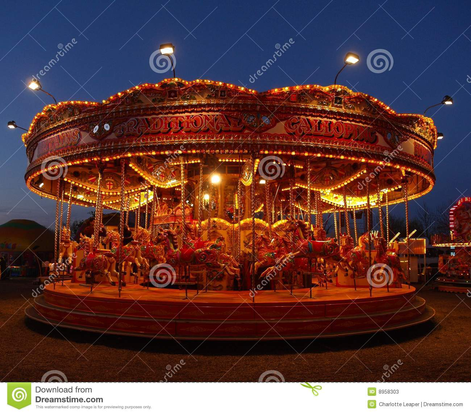 De Carrousel van het kermisterrein bij nacht