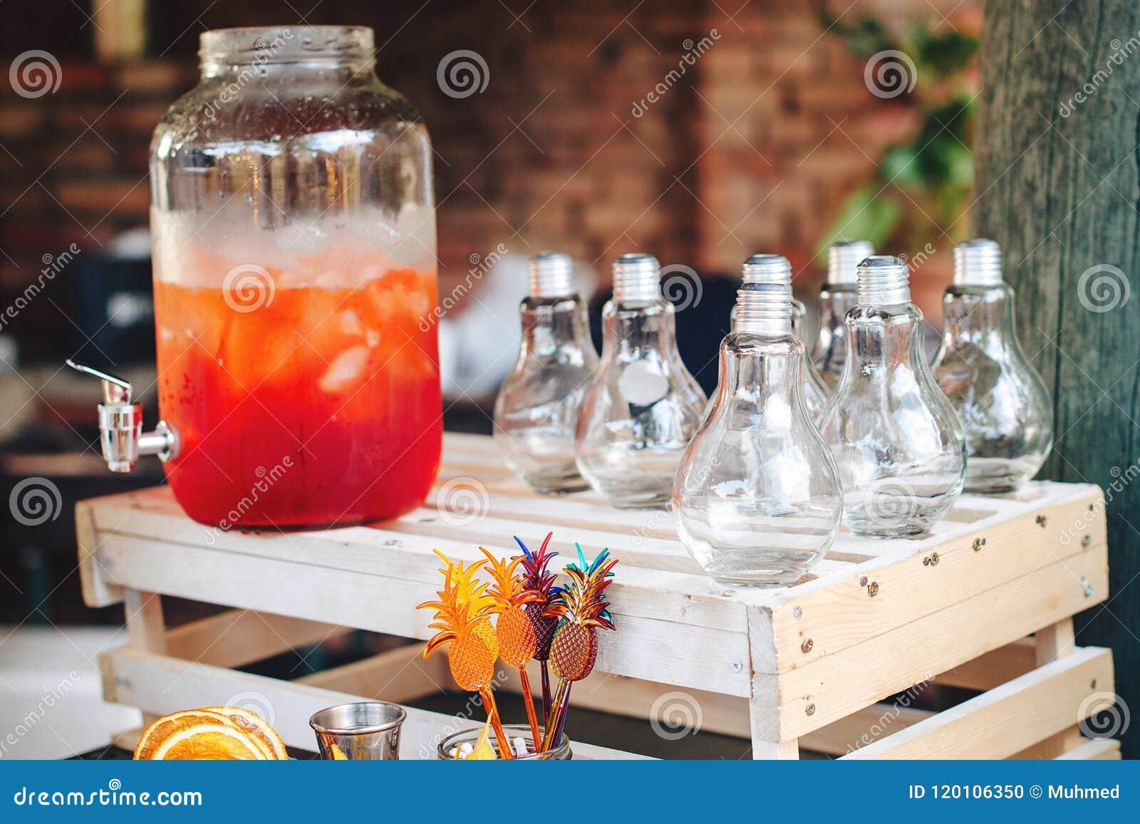 De cateringsdienst Zaken, de richtende dienst Dranken op de zomerpartij Cateringslijst met in glazen, grote fles limonade o
