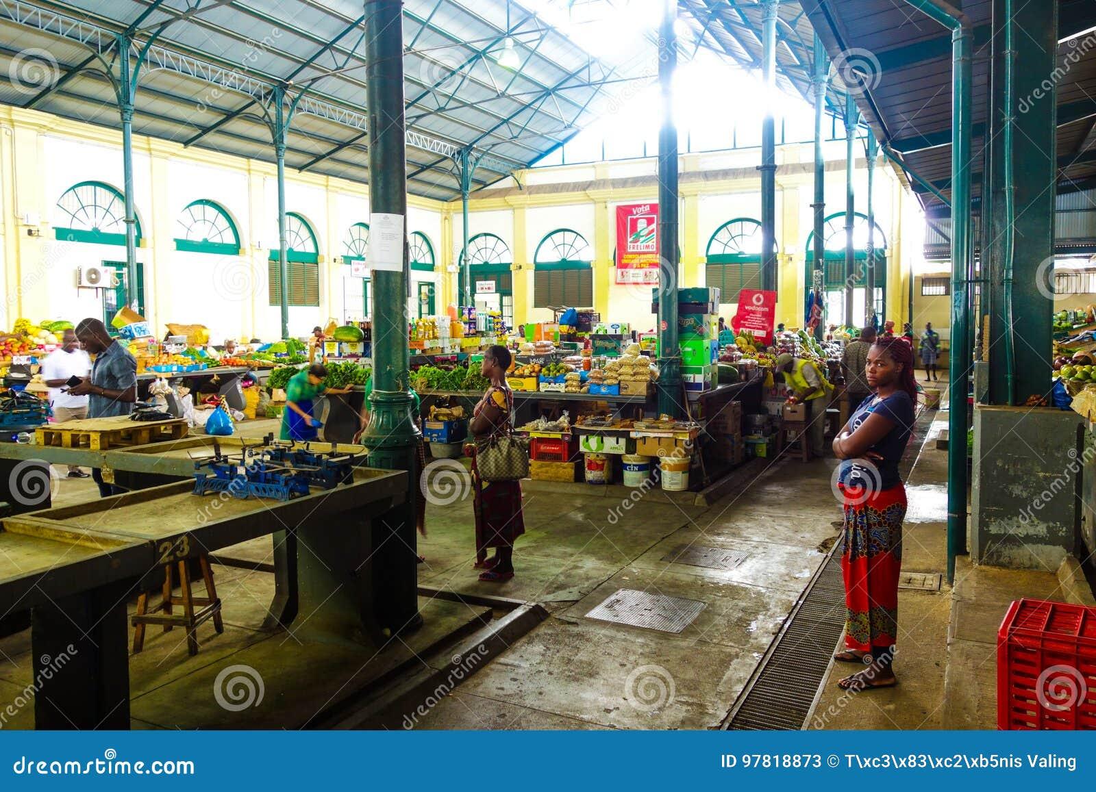 De centrale boxen van het marktvoedsel in Maputo, Mozambique