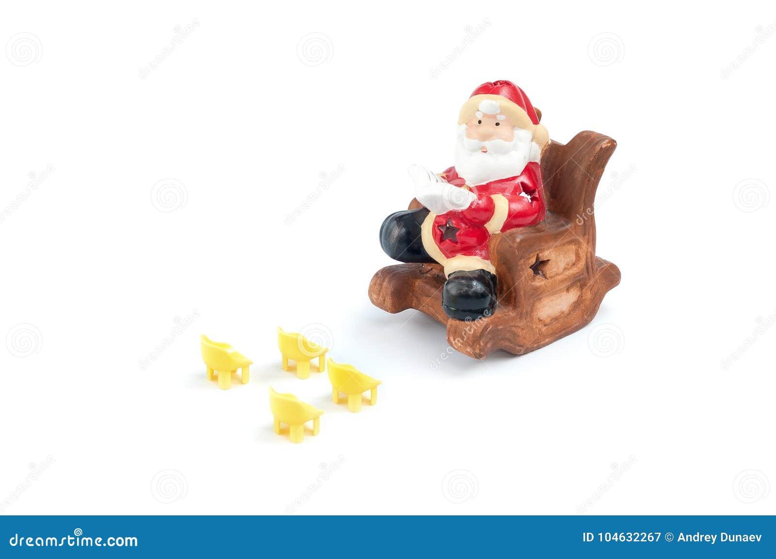 Download De Ceramische Kerstman Als Voorzitter Die Een Boek Lezen Voor Stock Afbeelding - Afbeelding bestaande uit up, voordien: 104632267