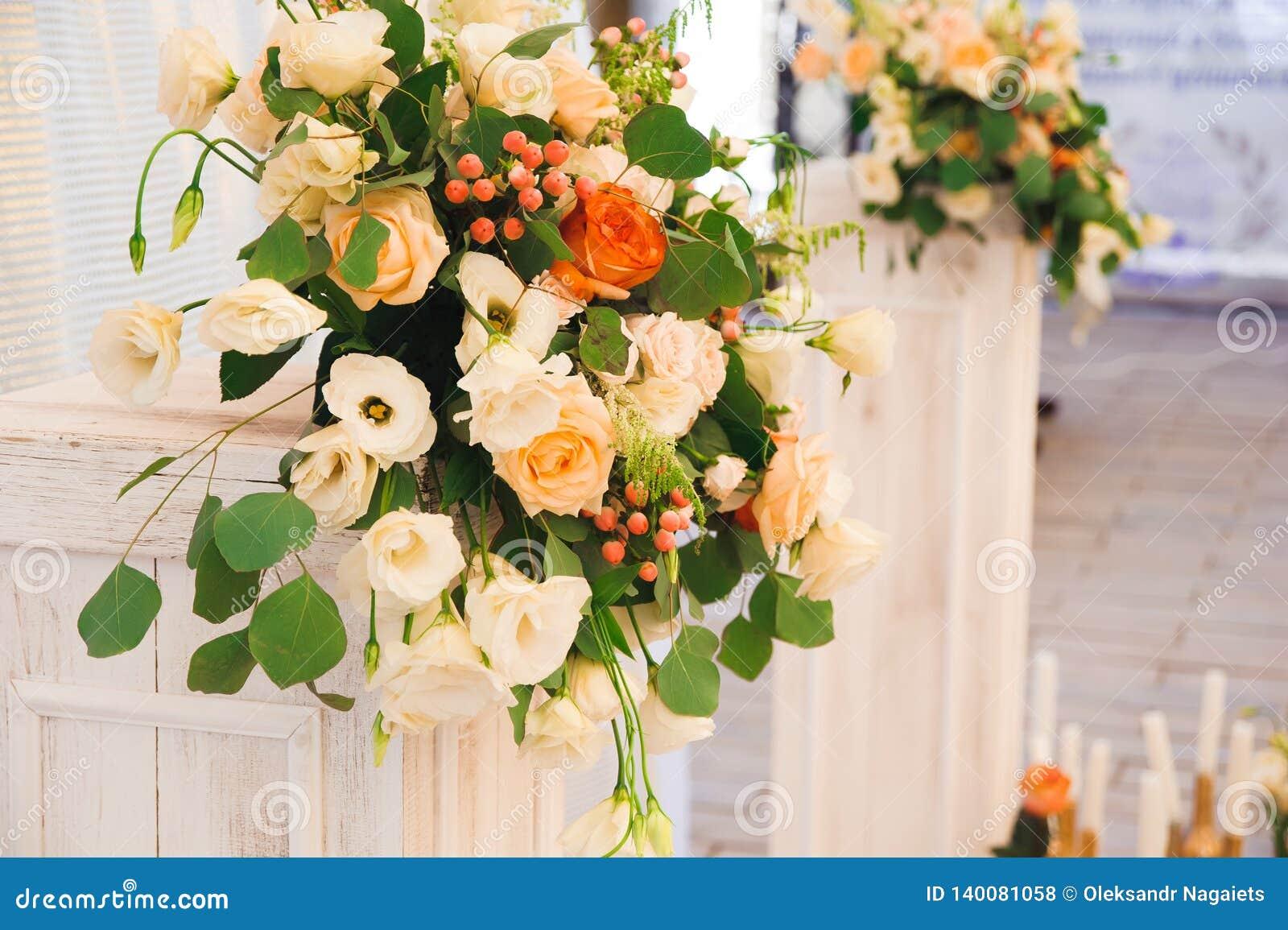 De ceremonie van het huwelijk in openlucht De decoratie van de huwelijksceremonie, mooi huwelijksdecor
