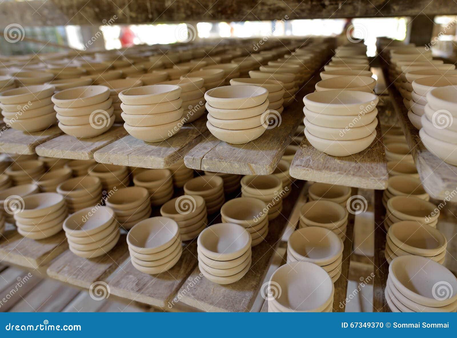 De cer mica en estante prep rese para traen en horno en for Fabrica de ceramica