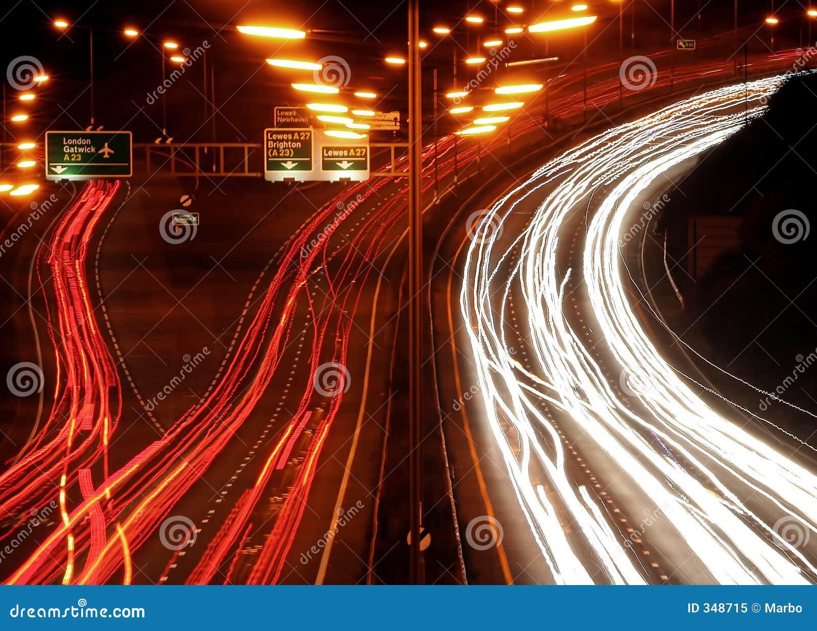 De chaos van het verkeer bij nacht.
