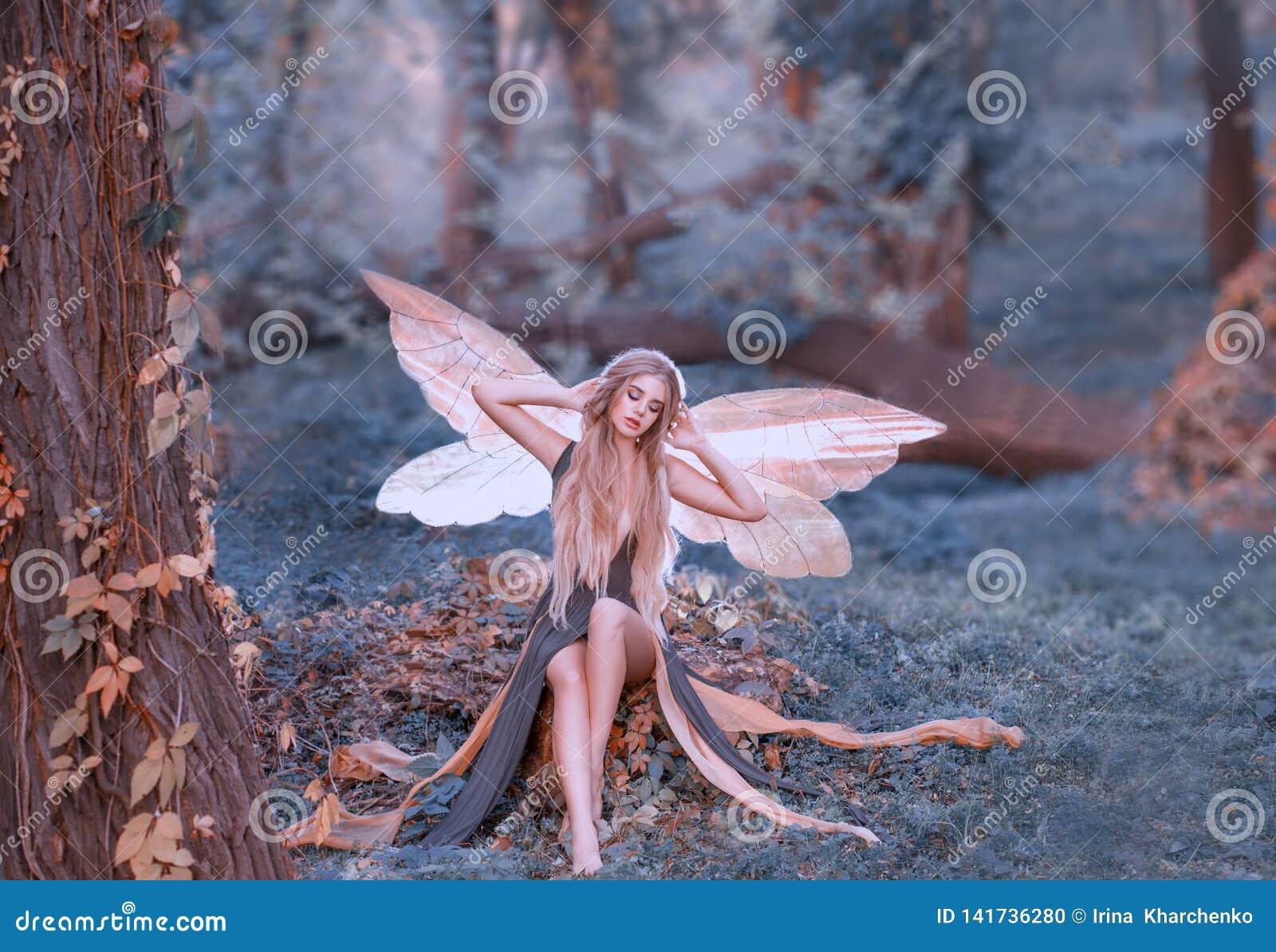 De charmante fee ontwaakte in bos, smakt zoet na slaap, richtsnoermeisje met blond die haar, ogen in lange groen worden gesloten