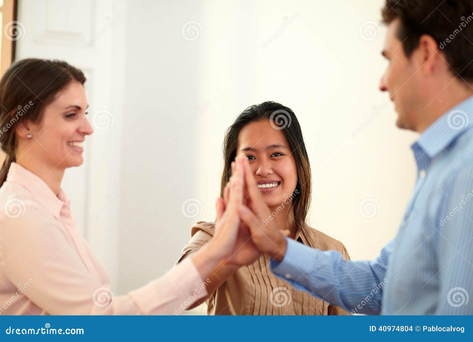 De charmante wirwar van het medewerkersteam hun handen