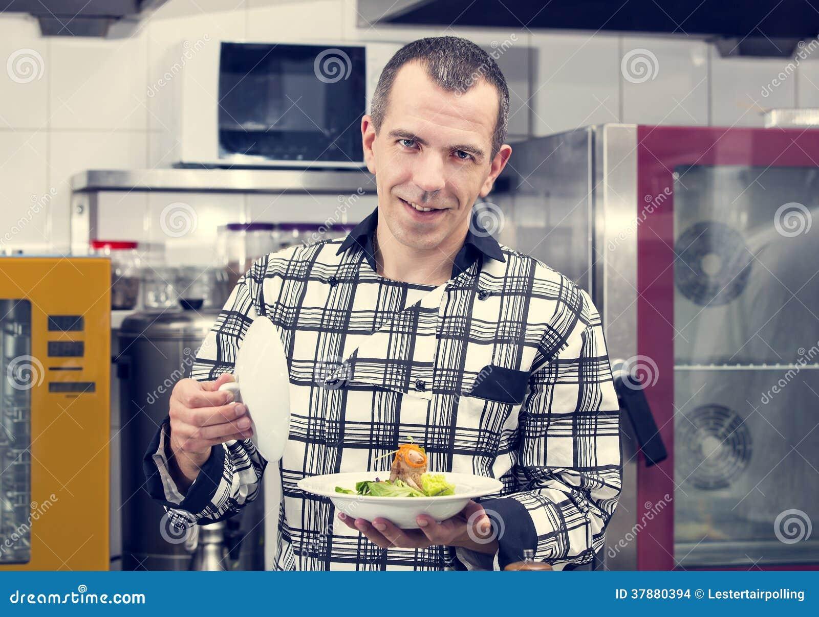 De chef-kok bereidt een maaltijd voor